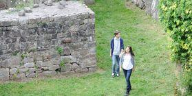 Jugendliche beim Besuch der Festungsruine Hohenneuffen