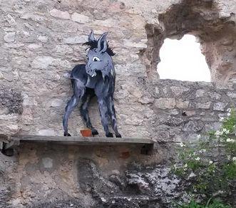 Festungsruine Hohenneuffen, Eselfigur im Innenhof